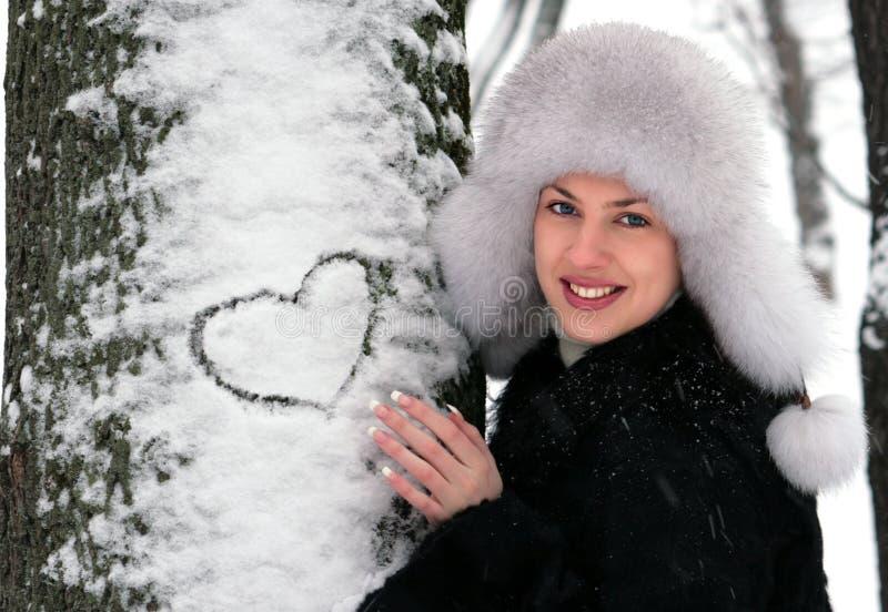 Rapariga no parque do inverno fotos de stock