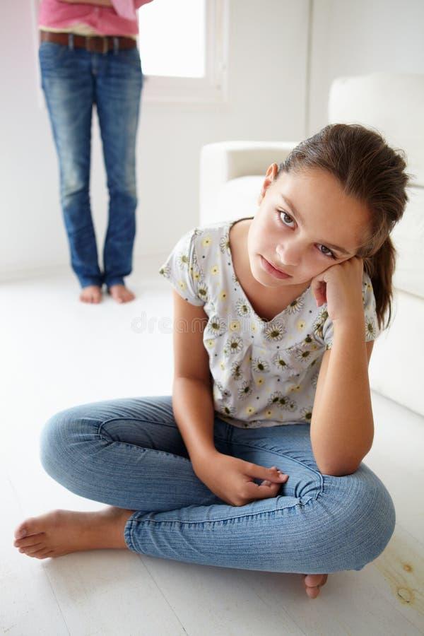 Rapariga no problema com sua matriz foto de stock