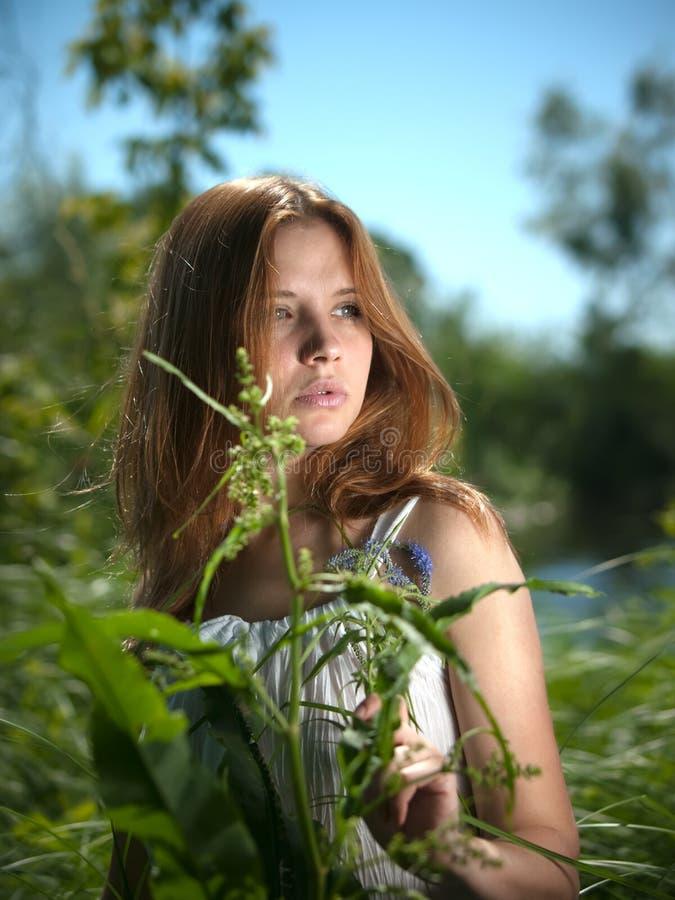 Rapariga no verão ao ar livre. fotografia de stock