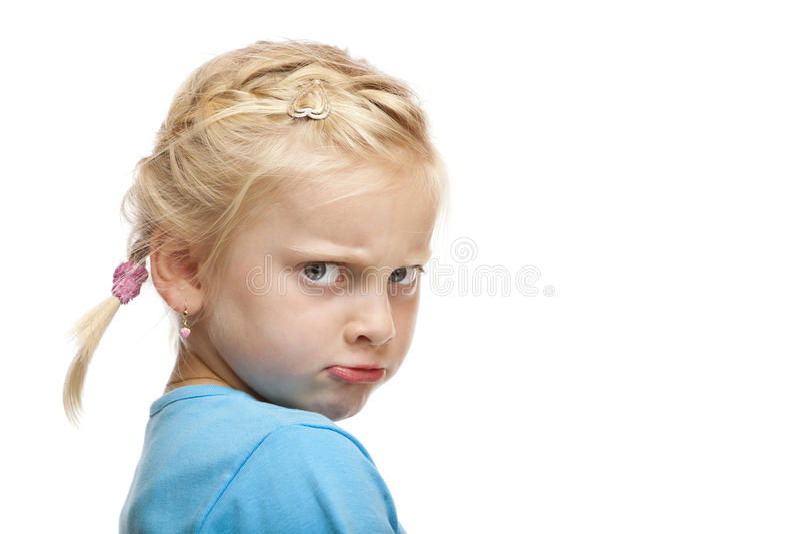 A rapariga olha irritada e ofendida na câmera imagens de stock royalty free