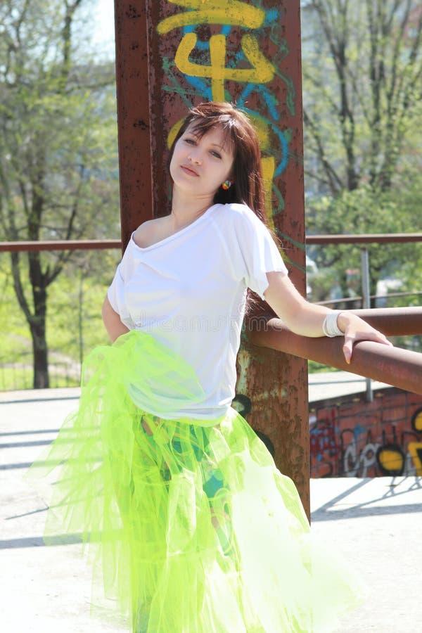 Rapariga perto da parede com grafittis fotografia de stock