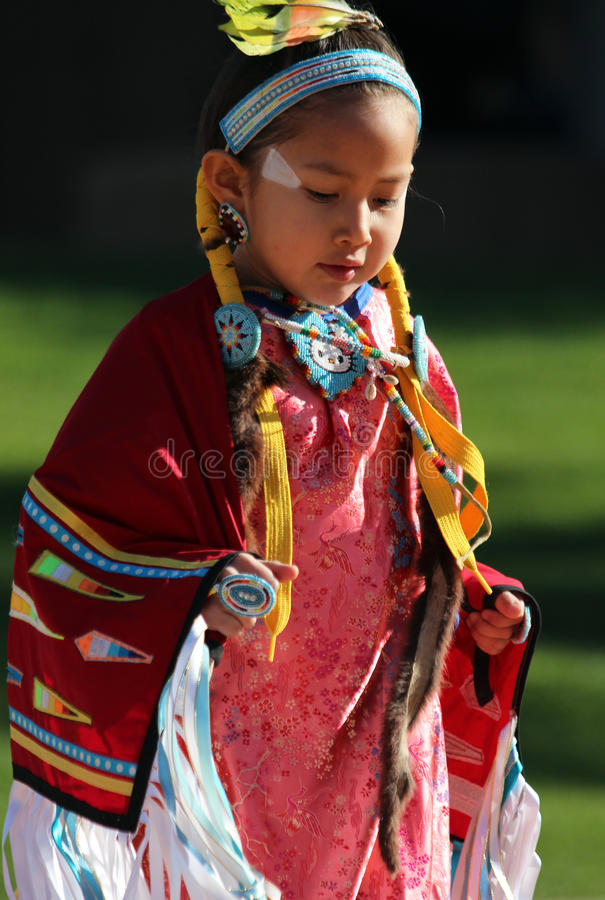 Rapariga - Powwow do nativo americano foto de stock
