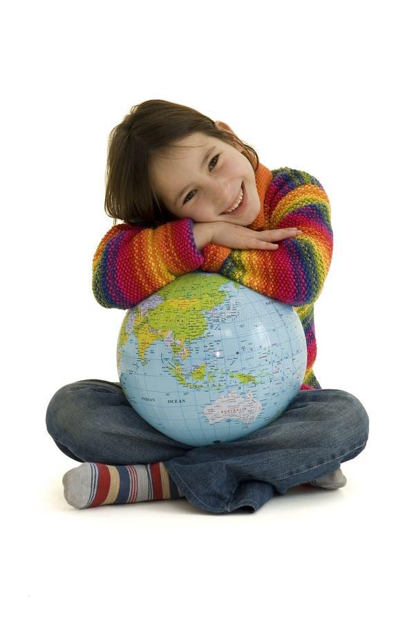 Rapariga que abraça o globo do mundo foto de stock