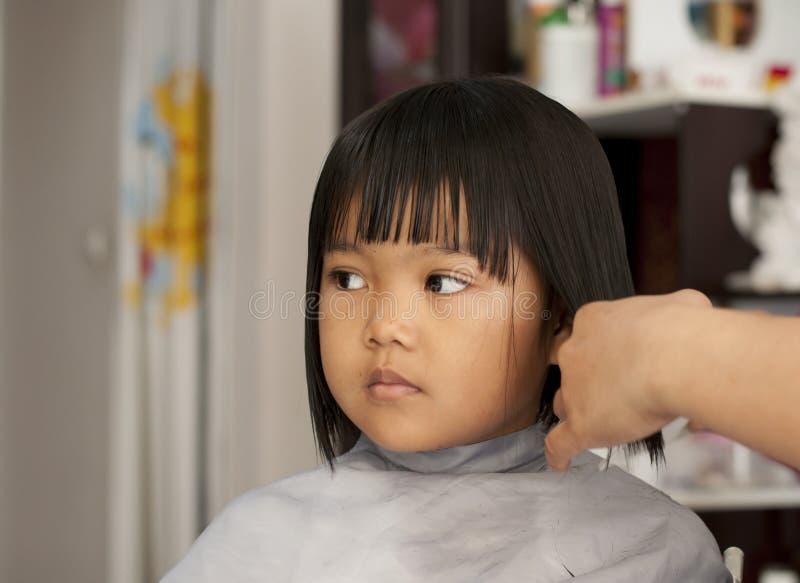 Rapariga que começ um corte de cabelo fotografia de stock