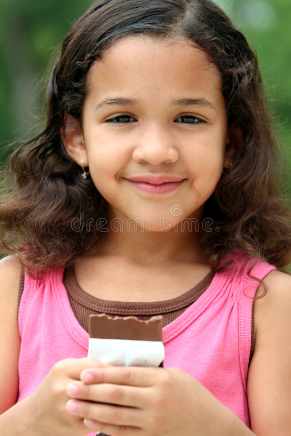 Rapariga que come o chocolate fotos de stock
