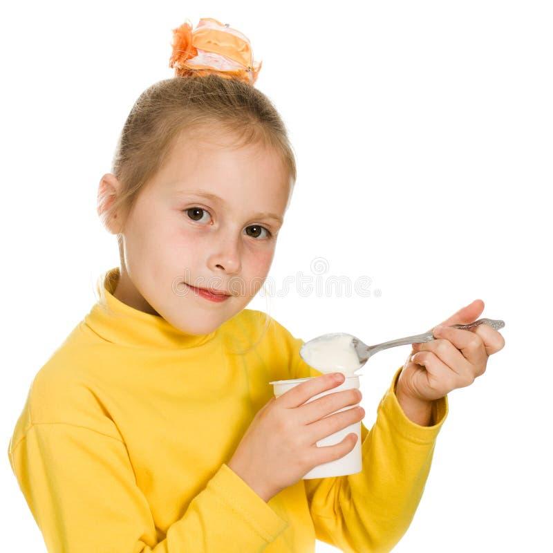 Rapariga Que Come O Yogurt Fotos de Stock
