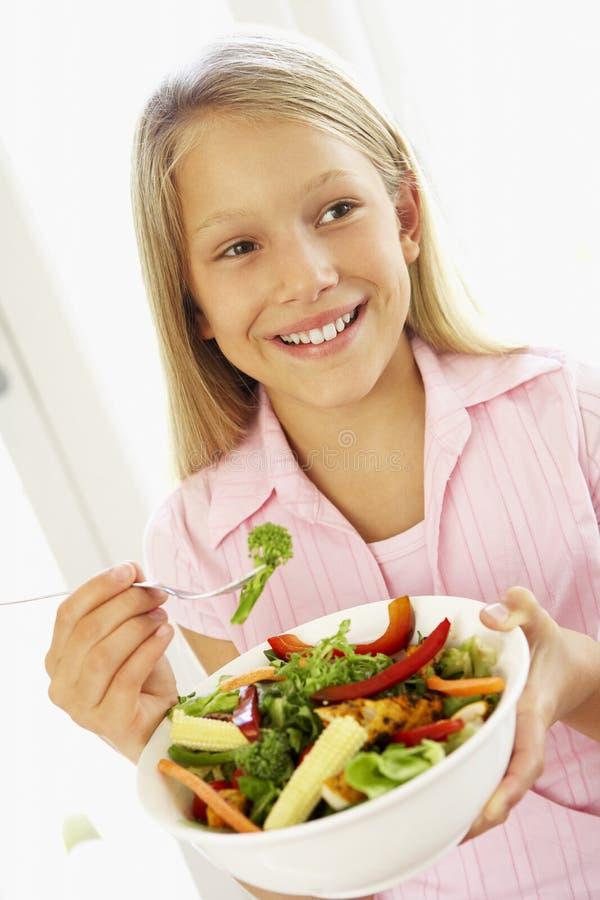 Rapariga que come a salada fresca fotografia de stock