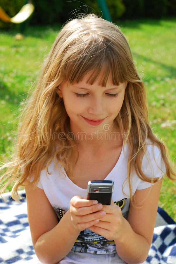 Rapariga que emite sms imagens de stock royalty free