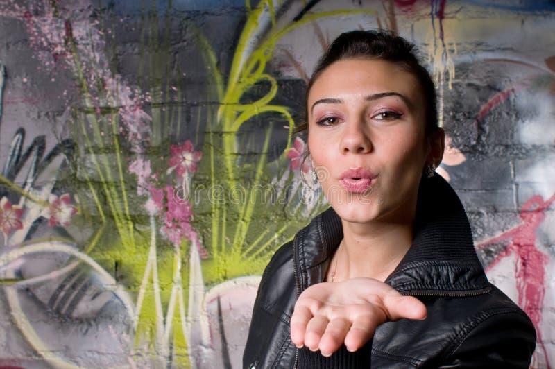 Rapariga que emite um beijo fotos de stock