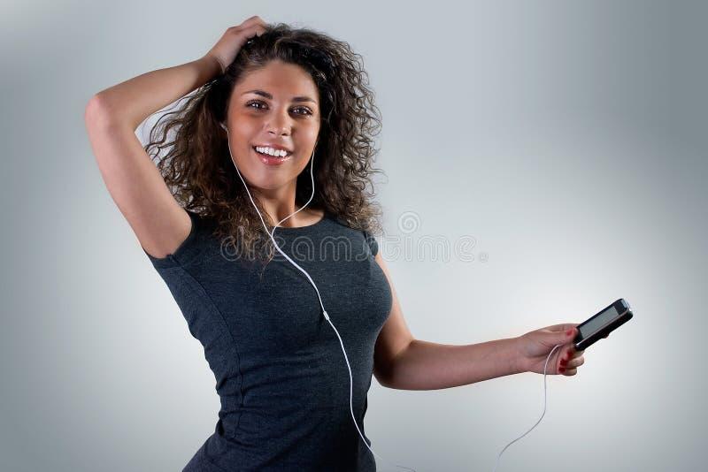 Rapariga que escuta a música foto de stock royalty free
