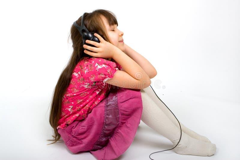 Rapariga que escuta a música imagens de stock