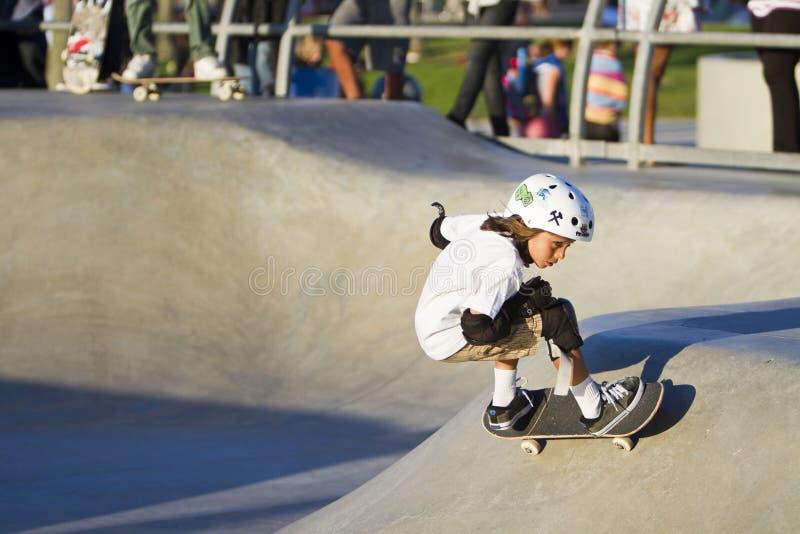 Rapariga que executa no parque do skate imagens de stock