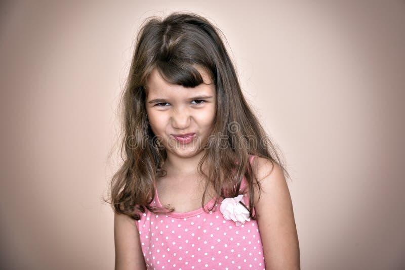 Rapariga que faz uma face foto de stock