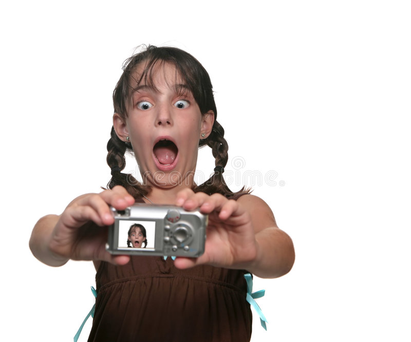 Rapariga que fotografa-se com uma face engraçada foto de stock