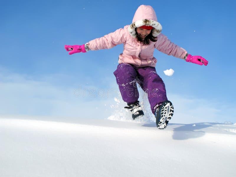 Rapariga que joga na neve fotografia de stock