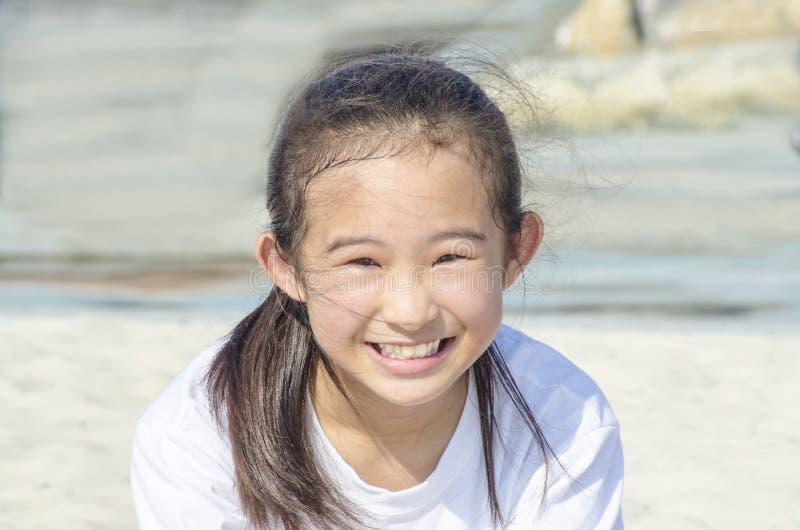 Rapariga que joga na praia foto de stock royalty free
