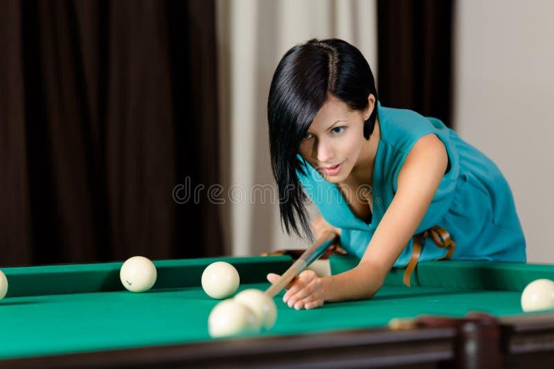 Rapariga que joga o bilhar imagem de stock