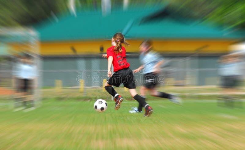 Rapariga que joga o futebol imagem de stock