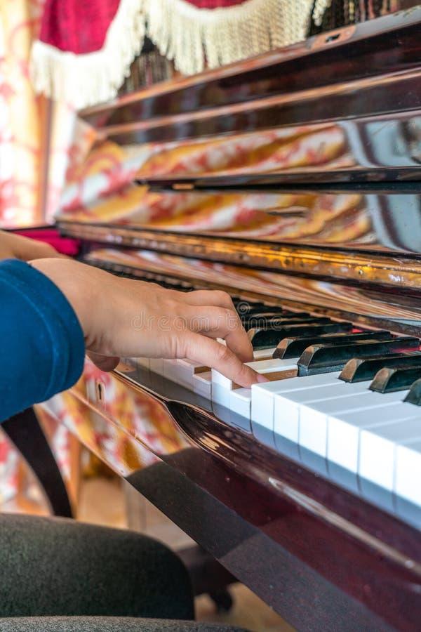 Rapariga que joga o piano imagens de stock