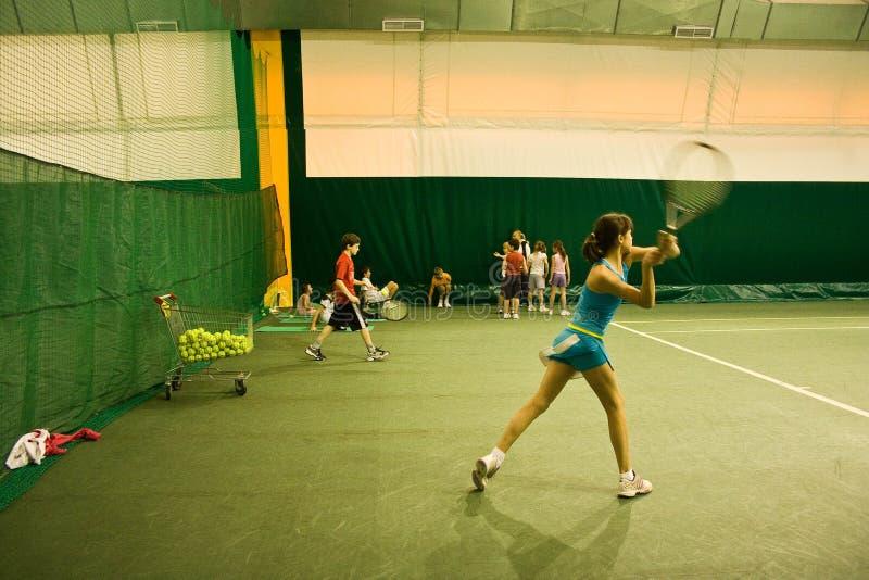Rapariga que joga o tênis foto de stock royalty free