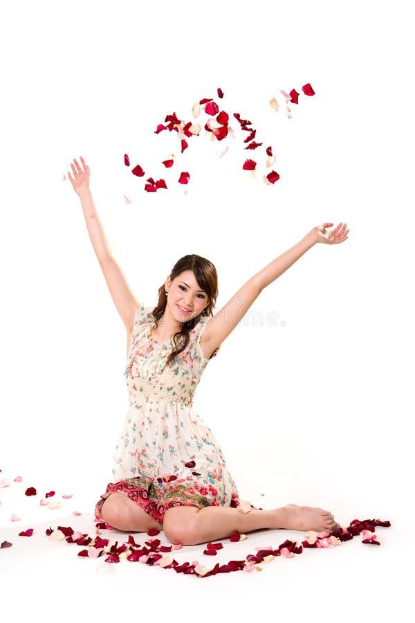 Rapariga que lanç a pétala cor-de-rosa imagens de stock
