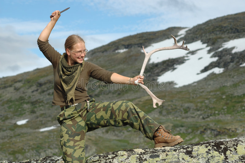 Rapariga que levanta com o chifre da faca e dos cervos fotos de stock