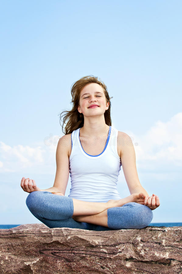 Rapariga que meditating ao ar livre foto de stock
