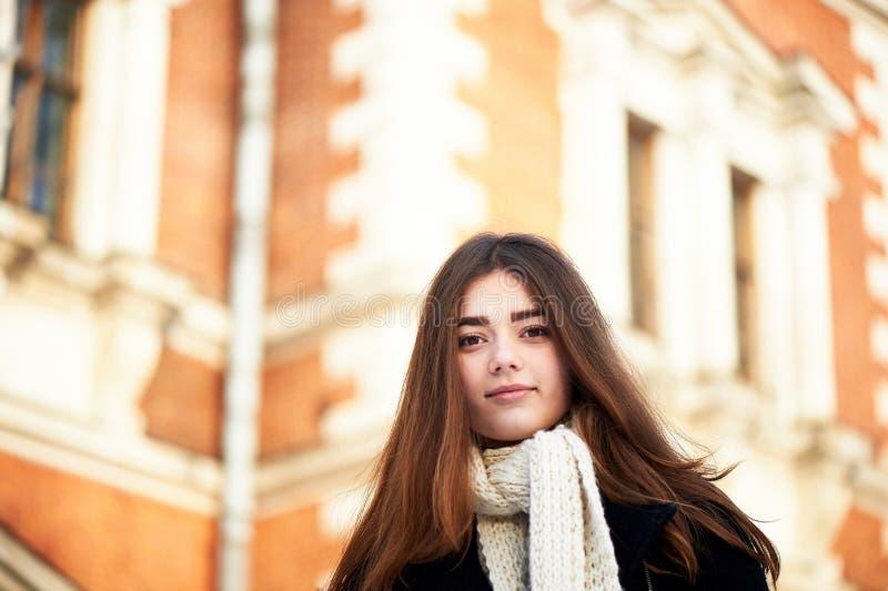 Rapariga que olha a câmera Cabelo escuro longo, lenço, malha robusta branca imagens de stock royalty free