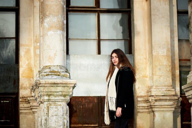 Rapariga que olha a câmera Cabelo escuro longo, lenço, malha robusta branca imagem de stock