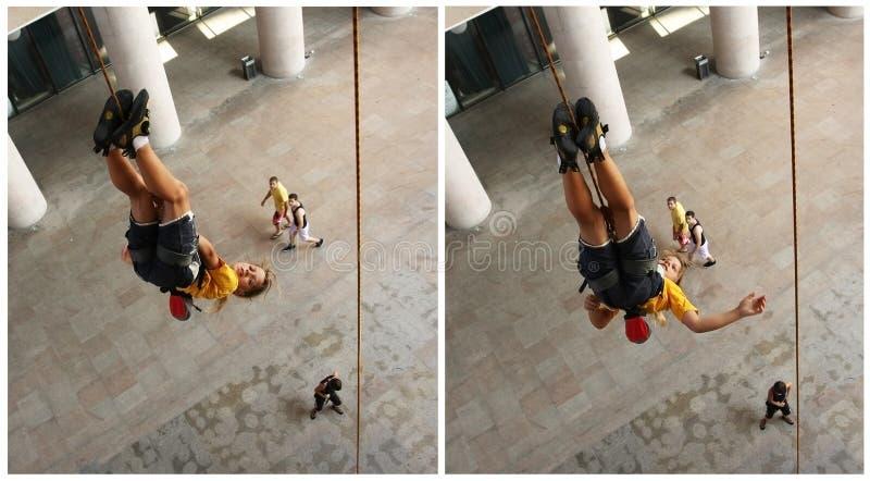 Rapariga que pendura upside-down imagem de stock