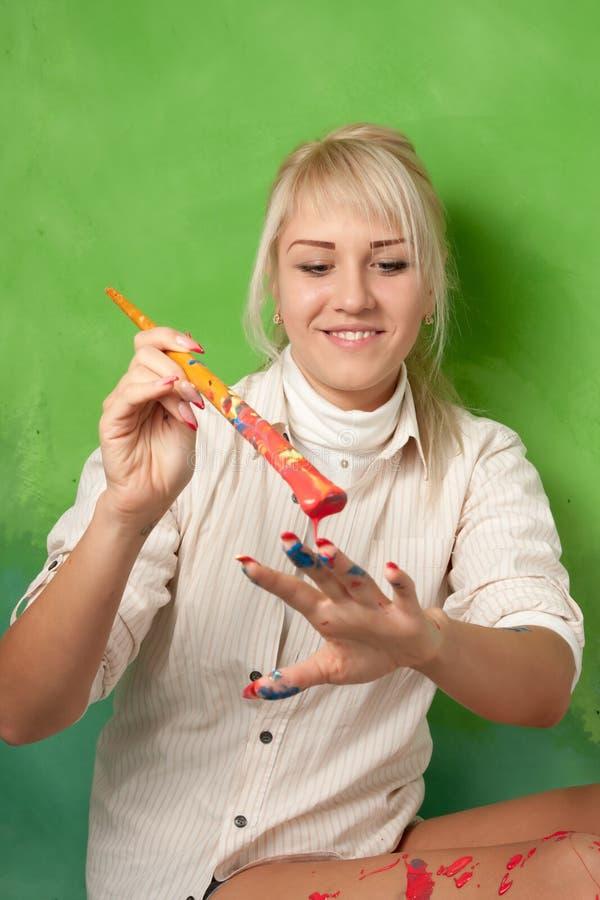 Rapariga que pinta sua mão imagem de stock