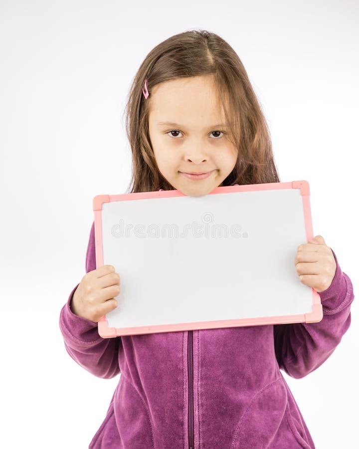 Rapariga que prende o sinal em branco fotografia de stock