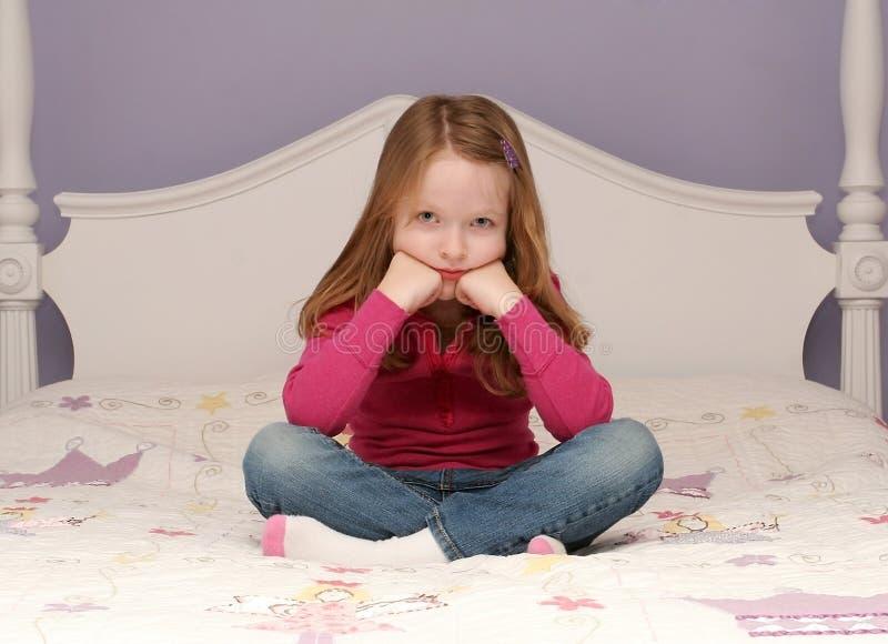 Download Rapariga Que Senta-se Na Cama Imagem de Stock - Imagem de contemporary, sente: 12809549