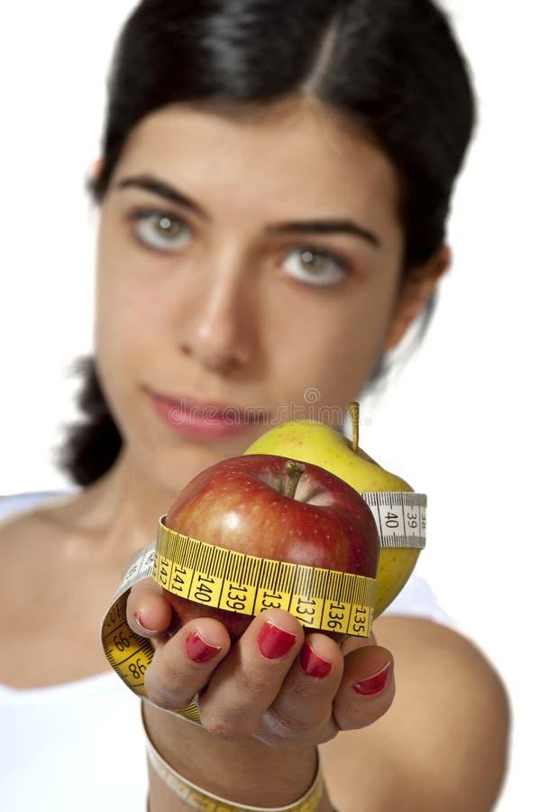 Rapariga que sere o alimento saudável imagens de stock