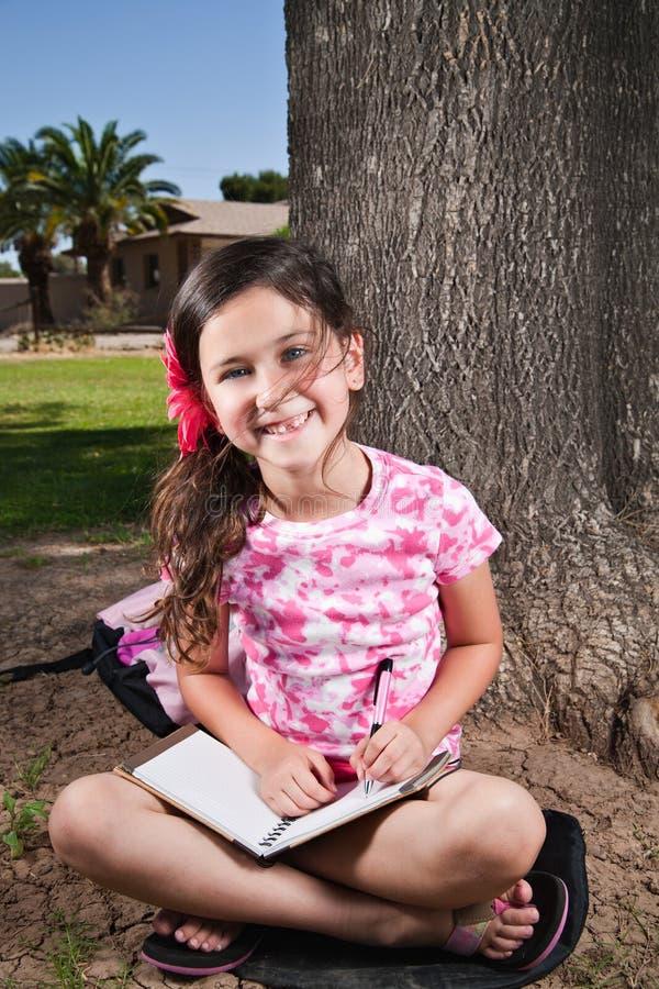Rapariga que sorri na câmera fotografia de stock