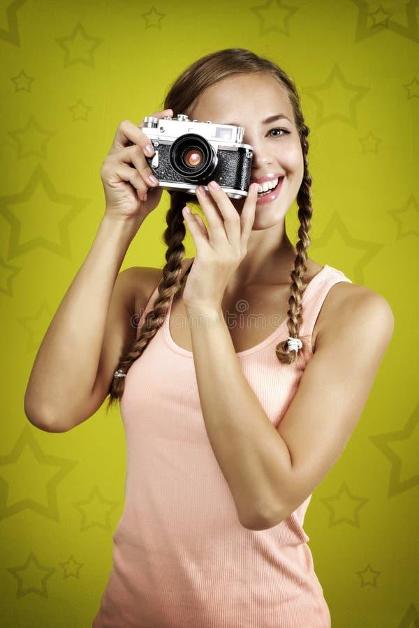 Rapariga que toma a foto com câmera retro fotos de stock