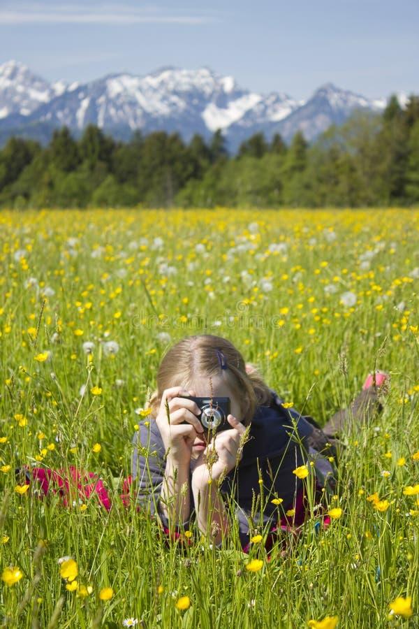Rapariga que toma fotos imagem de stock royalty free