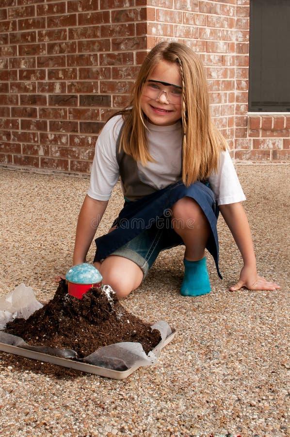 Rapariga que trabalha no projeto da ciência da escola foto de stock