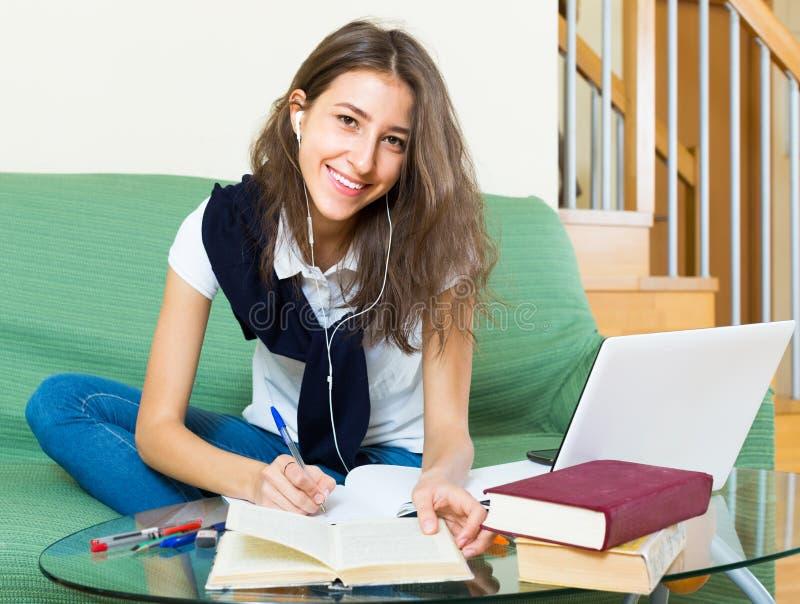 Rapariga que usa o portátil em casa fotos de stock royalty free