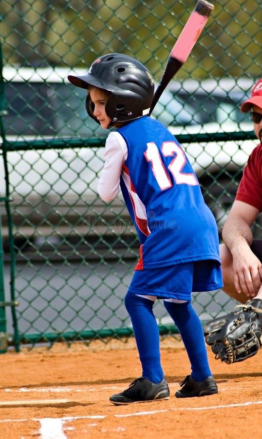 Rapariga /Softball/ no bastão imagens de stock