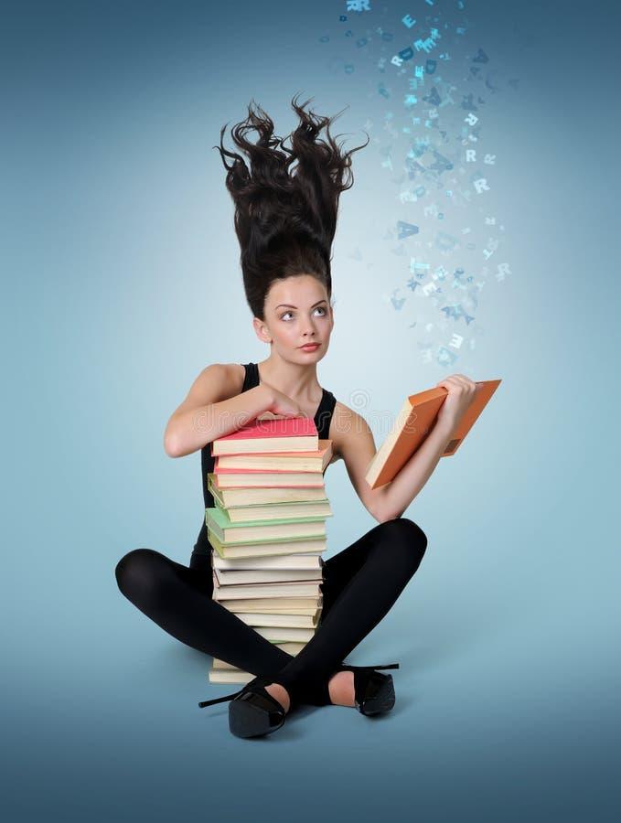 Rapariga sonhadora que lê um livro, conceito da fantasia imagem de stock royalty free
