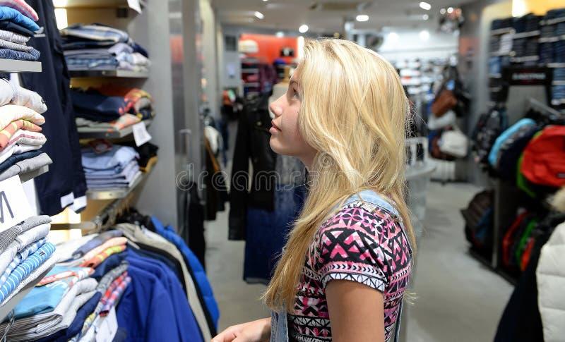 A rapariga veste a compra fotos de stock