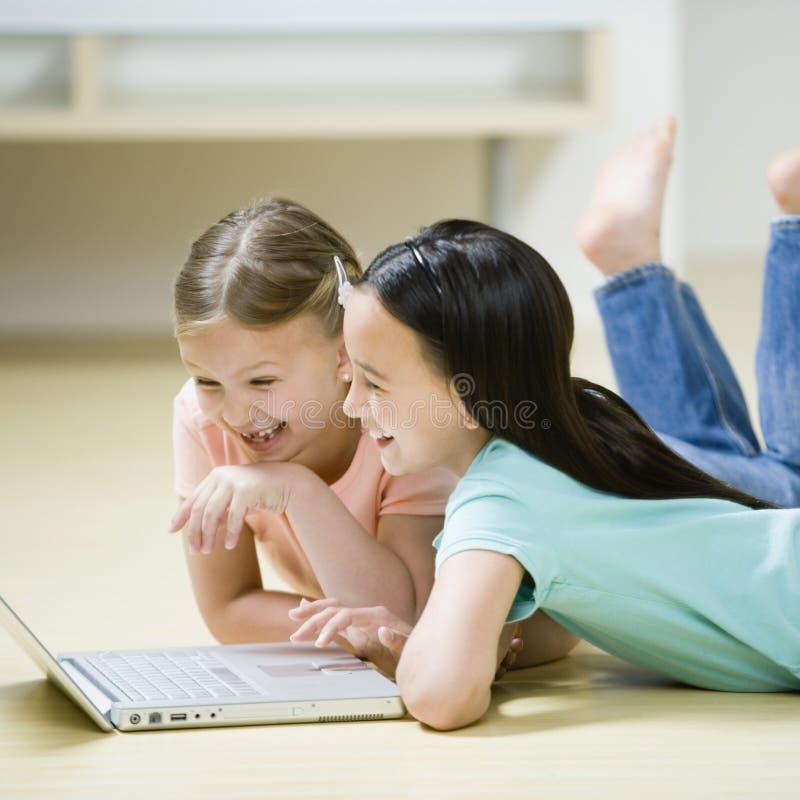 Raparigas em um computador imagem de stock