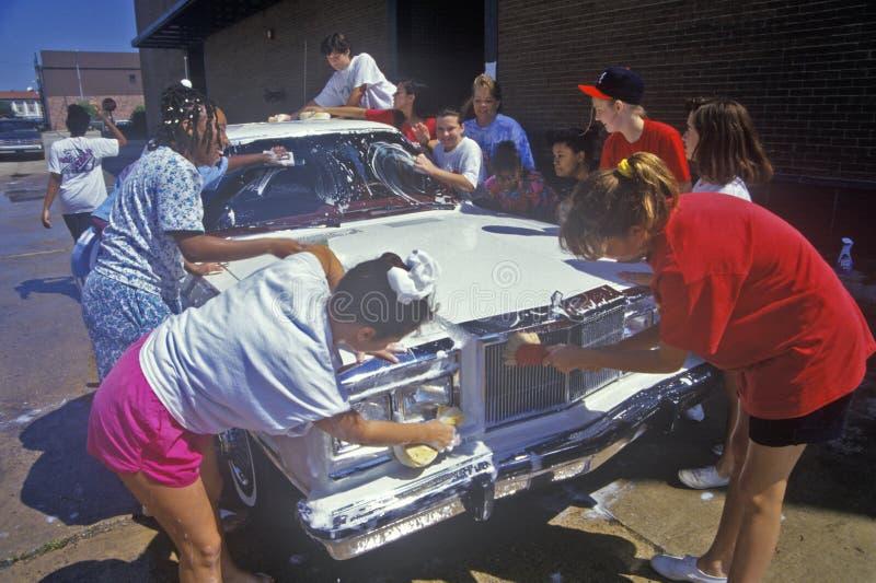 Raparigas em uma lavagem de carro da comunidade imagens de stock royalty free
