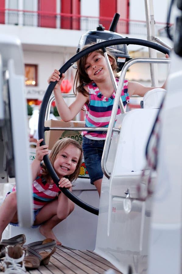 Raparigas no barco de navigação foto de stock