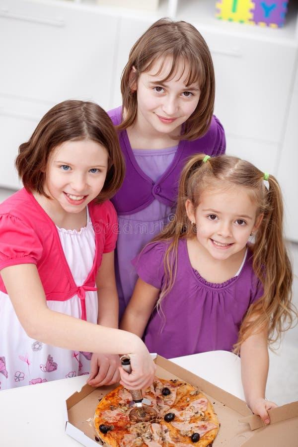 Raparigas que comem a pizza fotografia de stock