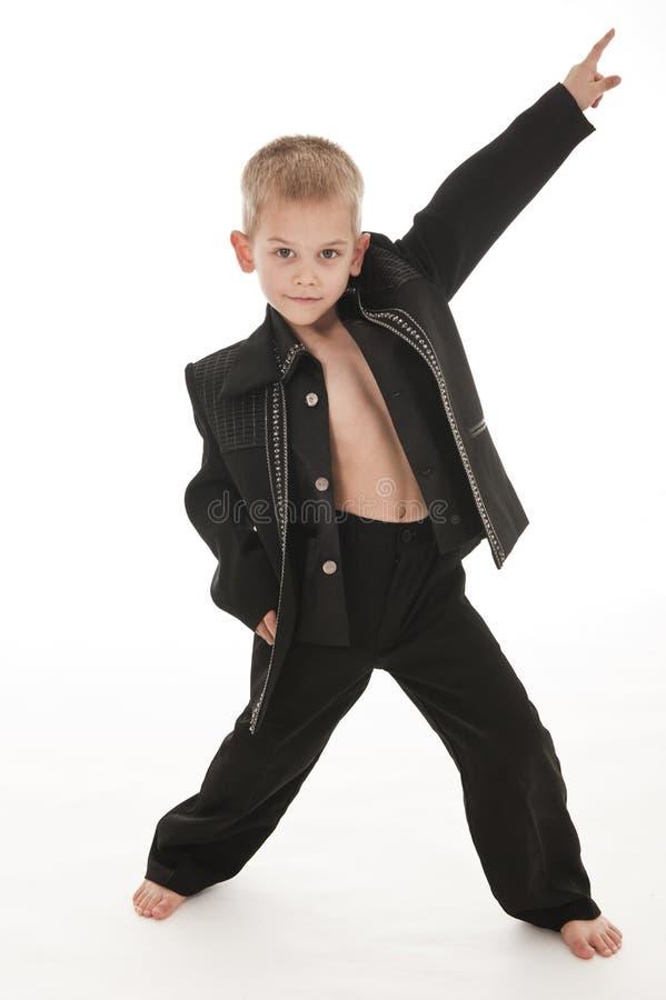 Rapaz pequeno adorável que finge ser um rockstar fotos de stock royalty free