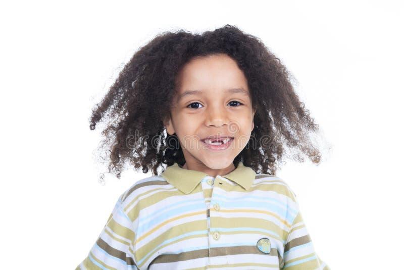 Rapaz pequeno africano adorável com bonito foto de stock