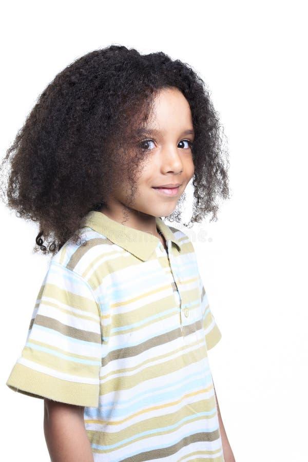 Rapaz pequeno africano adorável com bonito fotografia de stock