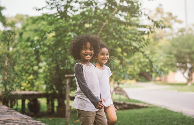 Rapaz pequeno afro-americano bonito e menina fotografia de stock royalty free